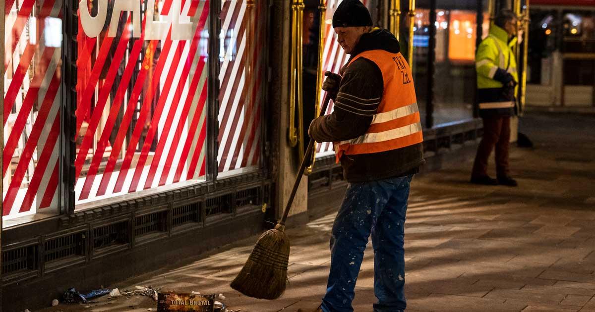 FKF dolgozó a belvárosi Vörösmarty téren 2020. január 1-jén hajnalban. MTI/Mónus Márton