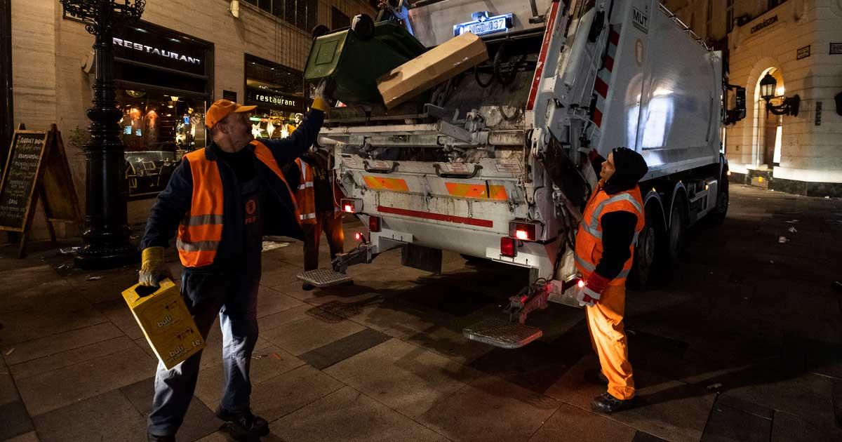 A szilveszteri ünneplés után maradt hulladékot takarítják a Fővárosi Közterület-fenntartó (FKF) Zrt. dolgozói a belvárosi Vörösmarty téren 2020. január 1-jén hajnalban. MTI/Mónus Márton