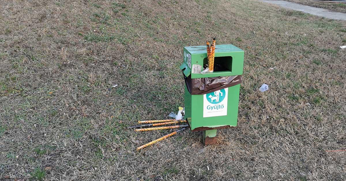 A képen egy kukaürülék tároló látható teletömve tűzijáték hulladékokkal.