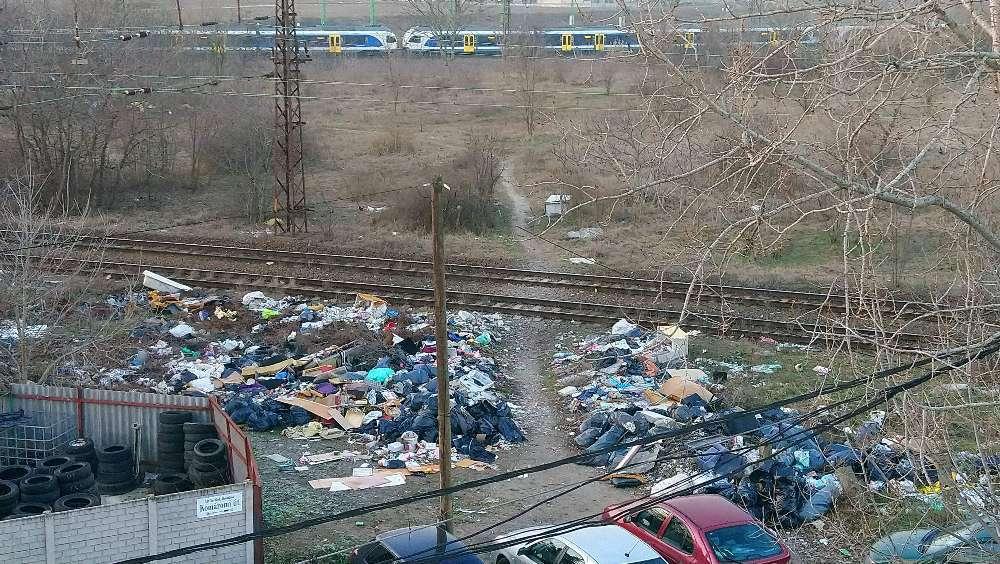 A Komáromi út mellett látható vasúti árok tele van szeméttel.
