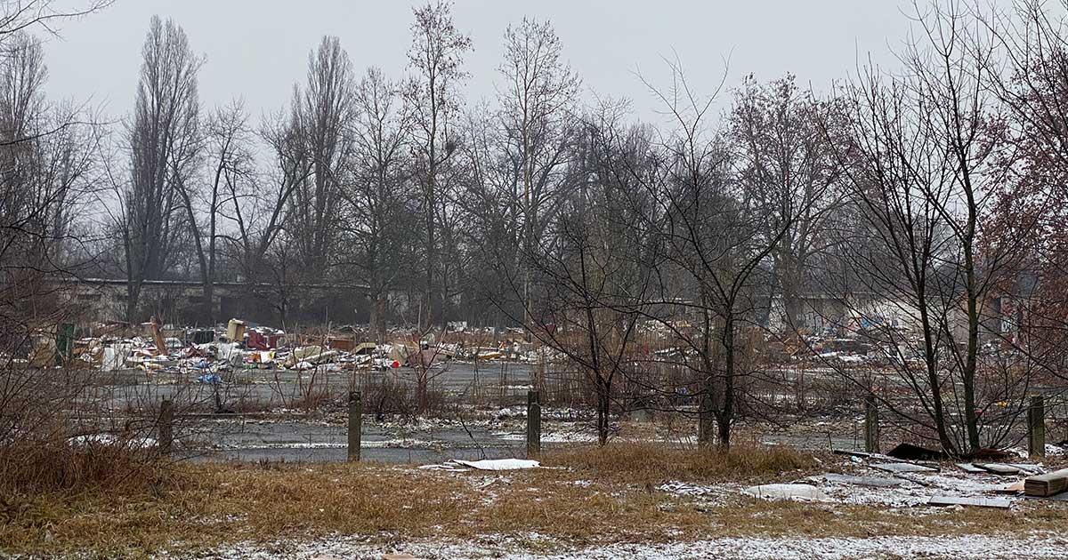 A területen közel 400-500 köbméter illegálisan lerakott hulladék található.